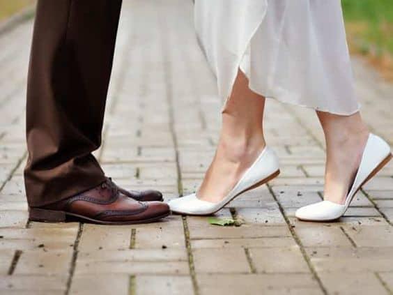 Noiva usando sapatilha em seu casamento