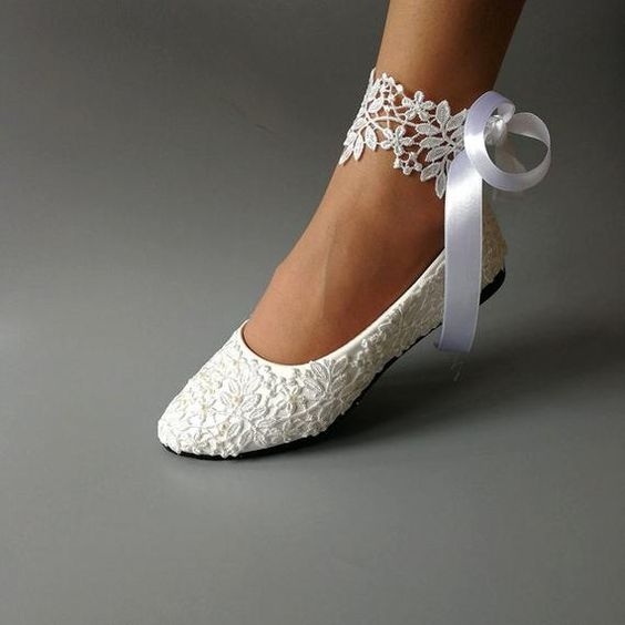 Sapatilha branca rendada para noiva