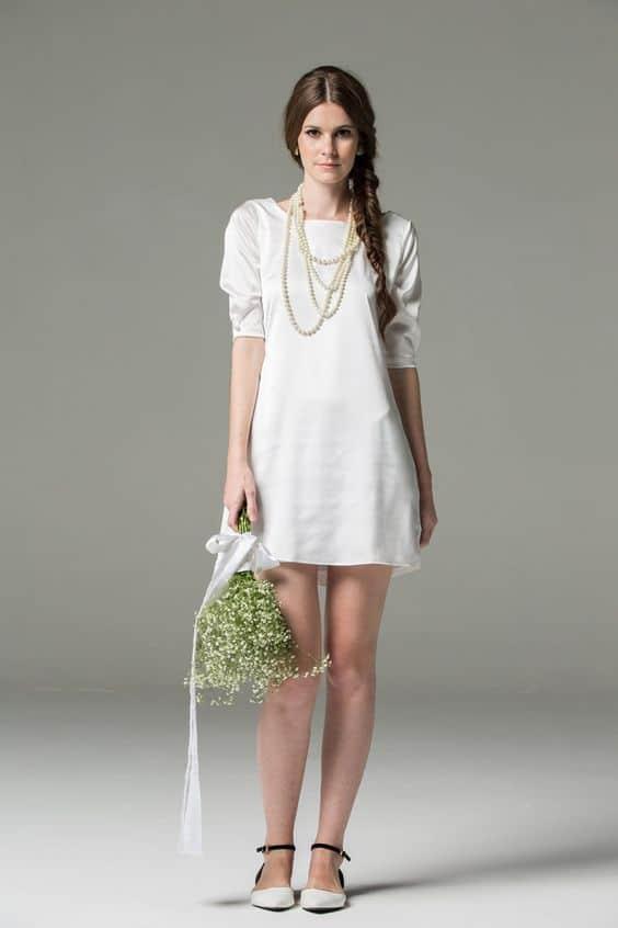 Vestido de noiva simples e sapatilha para noiva