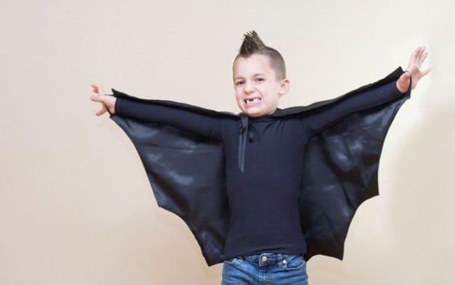 fantasia infantil com capa de asas de morcego
