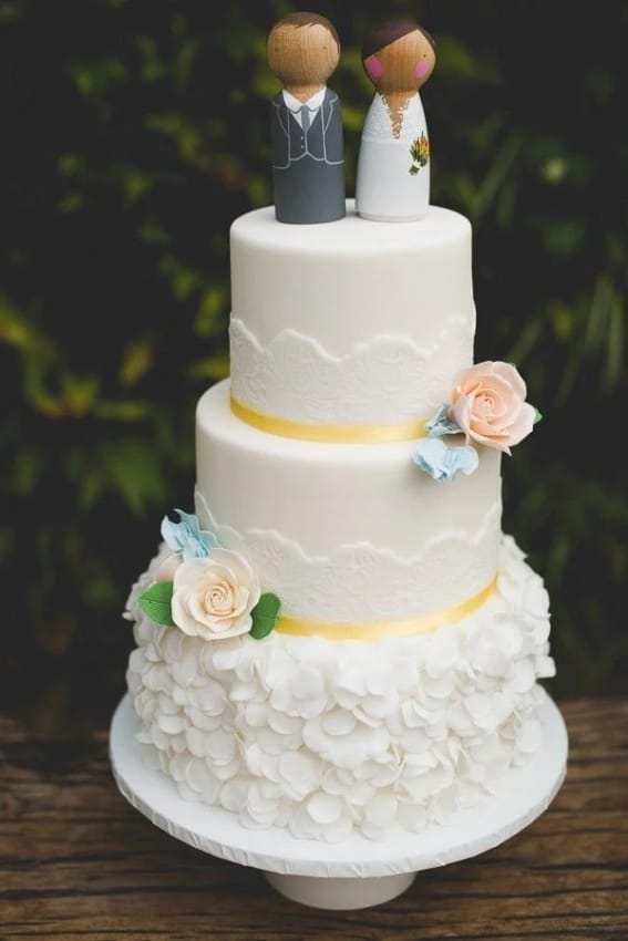 noivinhos em madeira para topo de bolo