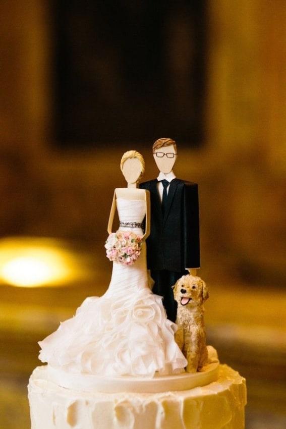 bolo de casamento com noivinhos em MDF