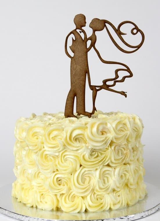bolo de casamento simples com noivinhos de MDF