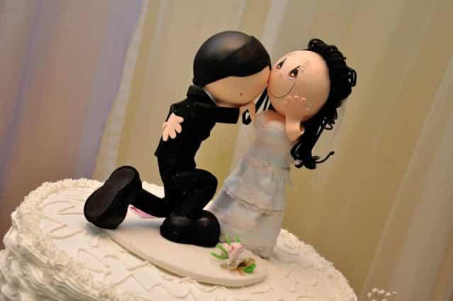 noivinhos em EVA decorando bolo