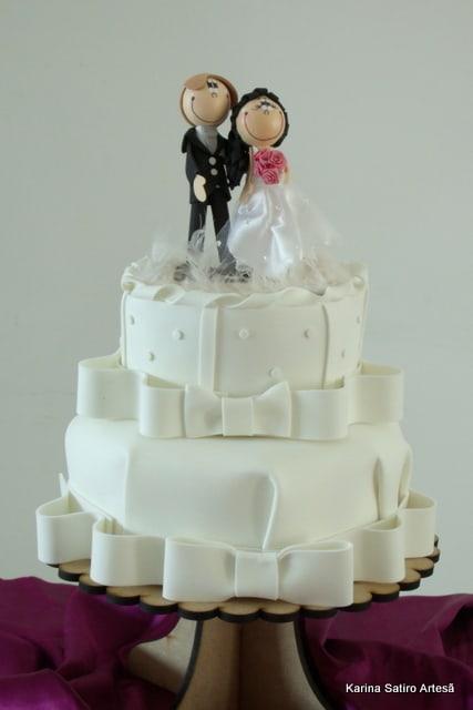 bolo decorado com noivinhos de EVA