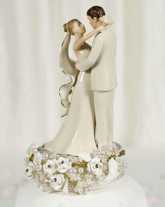 bolo de casamento com topo em porcelana
