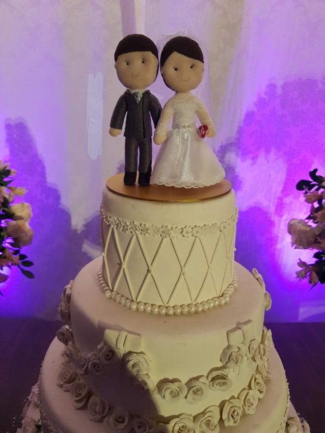 bolo de casamento decorado com topo de feltro