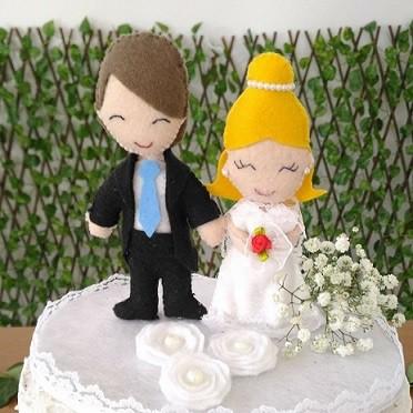 bolo de casamento com noivinhos em feltro