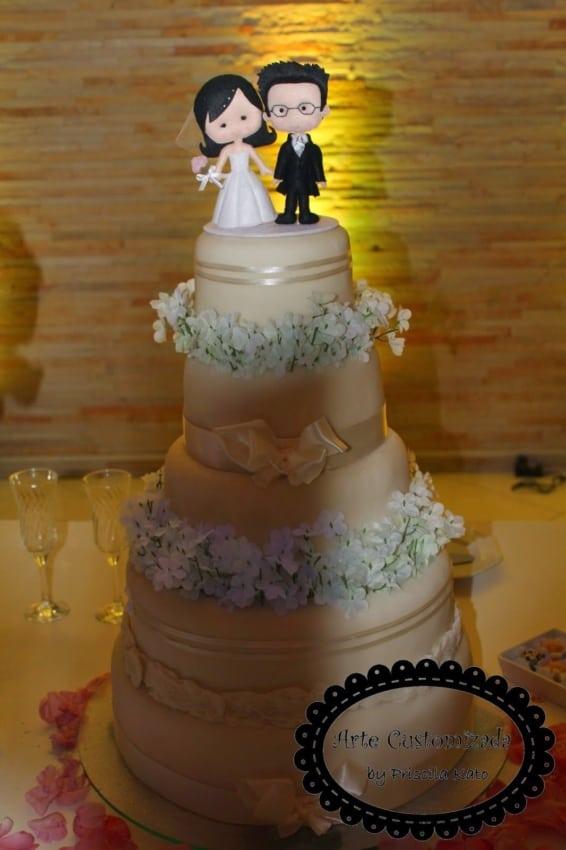 bolo de casamento decorado com casal de feltro