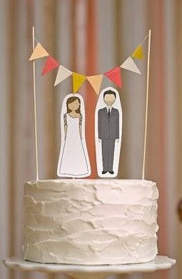 bolo de casamento simples com noivinhos de papel