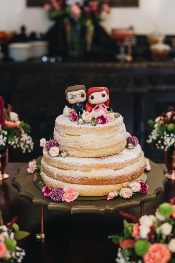 bolo de casamento com noivinhos diferentes e geek