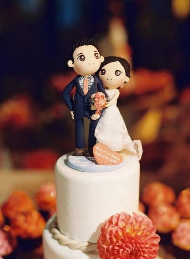 bolo decorado com casalzinho de biscuit