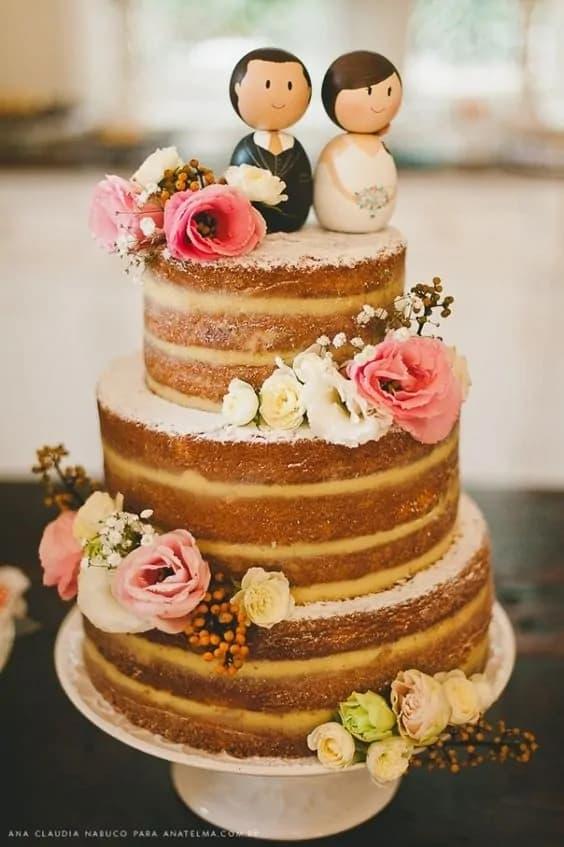 naked cake de casamento com noivinhos em madeira