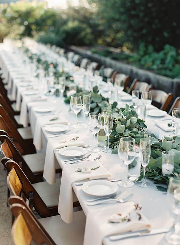 casamento minimalista com arranjo de mesa de folhagens