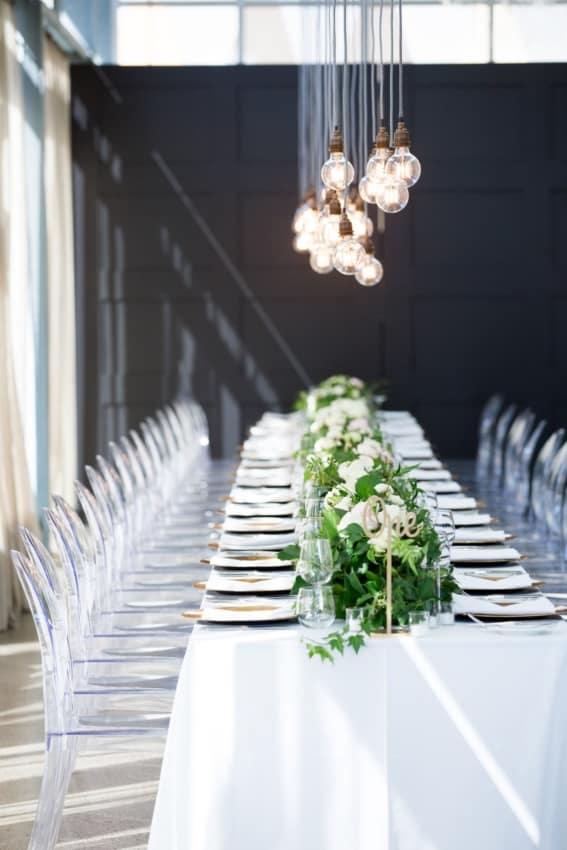 decoração e iluminação em casamento minimalista moderno