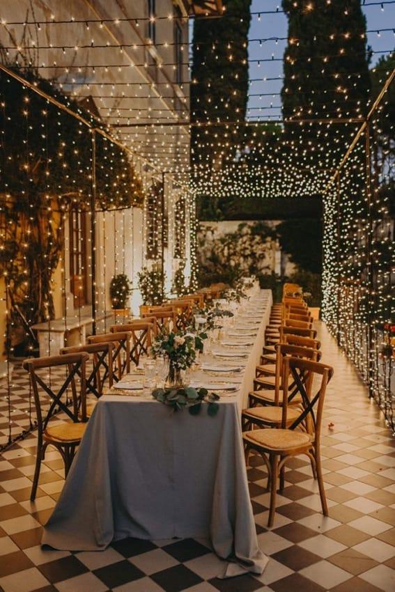 casamento minimalista decorado com luzinhas