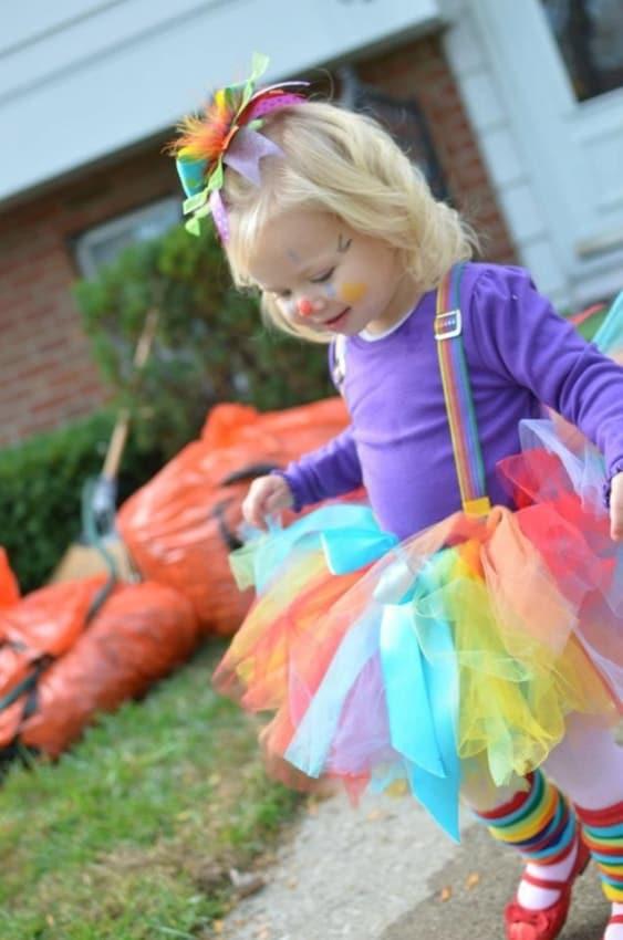 fantasia infantil com saia de tule colorida