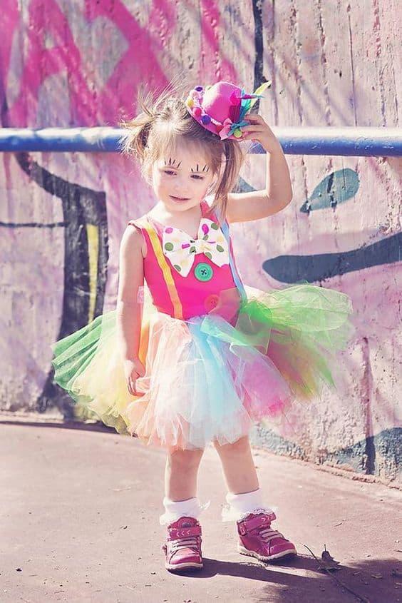 fantasia de palhacinha com saia de tules coloridos