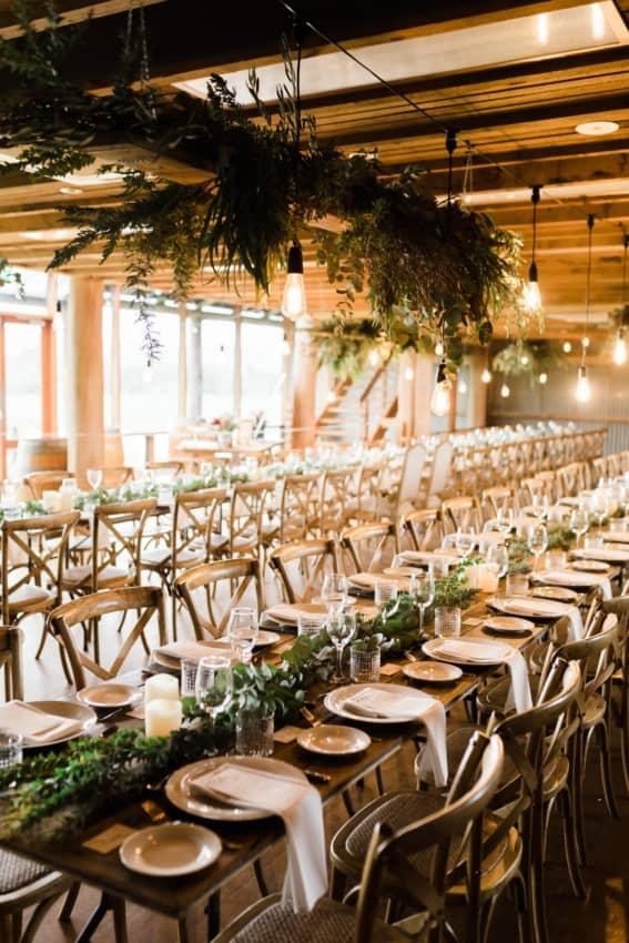decoração de casamento minimalista com móveis de madeira