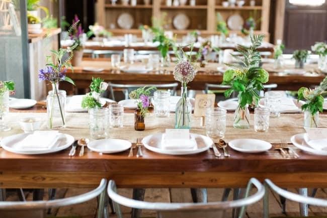 arranjos de mesa simples para casamento minimalista