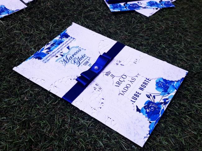 modelo de convite azul royal com envelope rendado