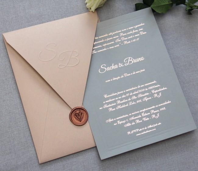 modelo de convite moderno com escritas metalizadas para casamento