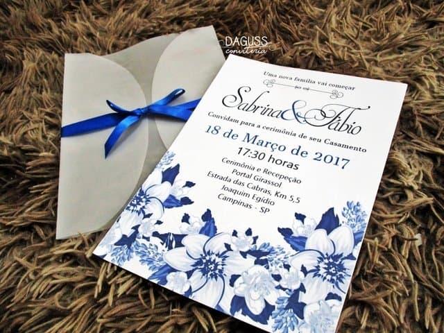 convite de casamento floral em azul royal