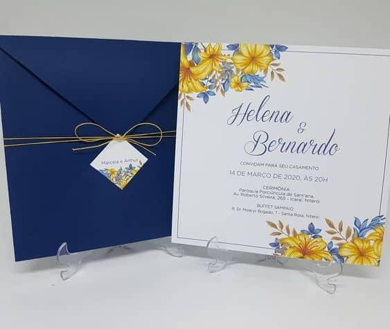 convite de casamento azul e amarelo com envelope