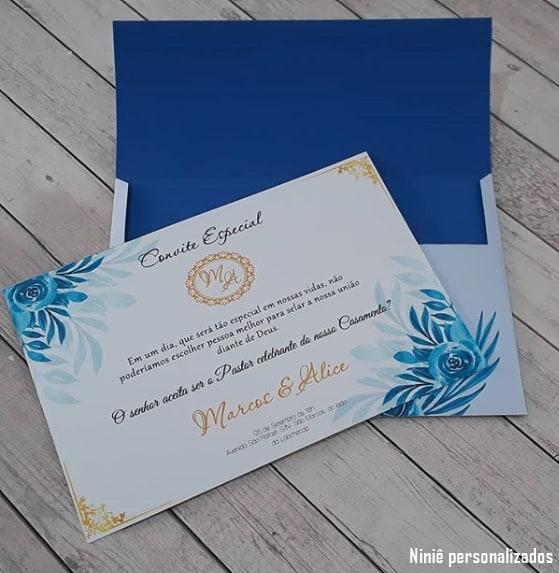 convite de casamento azul e dourado com envelope