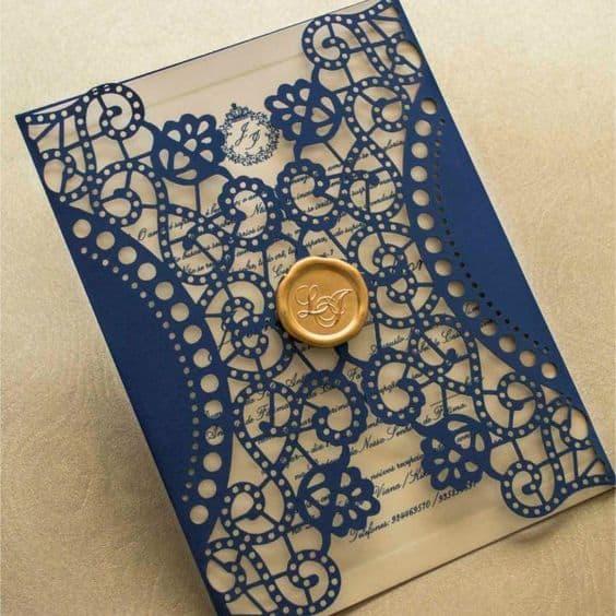 convite de casamento azul e dourado com envelope rendado