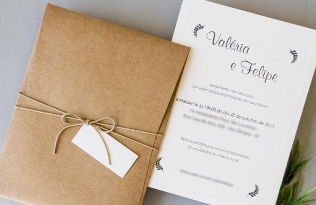 convite de casamento minimalista e simples com envelope de papel kraft