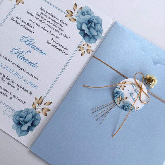 convite de casamento com envelope em azul serenity