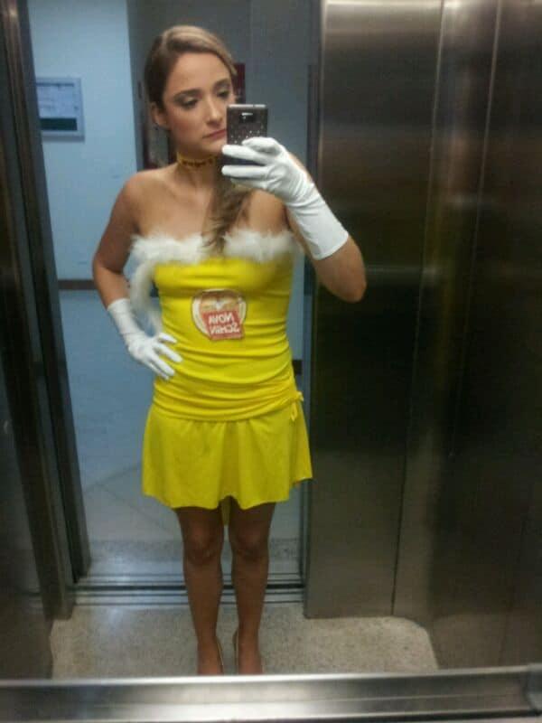 fantasia simples de cerveja com vestido amarelo