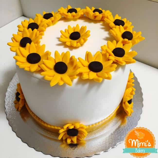 bolo de pasta americana decorado com girassois amarelos
