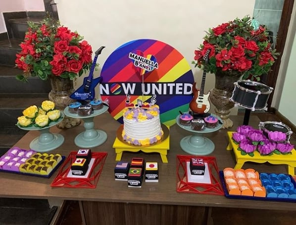 decoracao simples para mesa do bolo de festa Now United