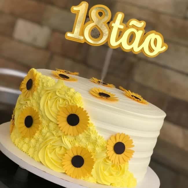 bolo girassol decorado com chantilly branco e amarelo