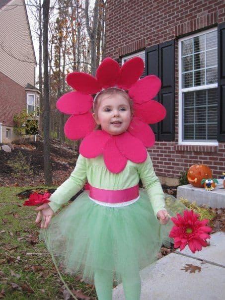 fantasia infantil com flor em volta da cabeca