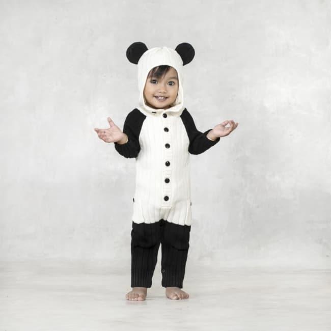 crianca com macacao de panda