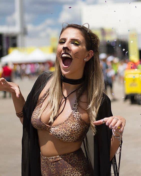 fantasia simples de onca para bloquinho de carnaval com maquiagem