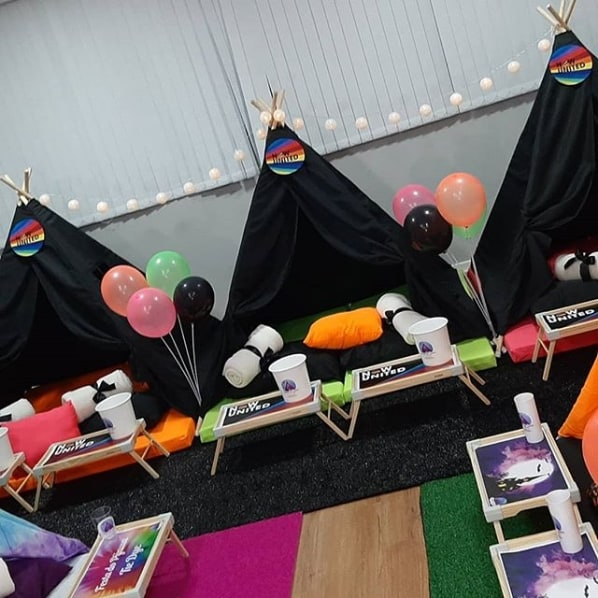 festa do pijama com cabanas decoradas Now United