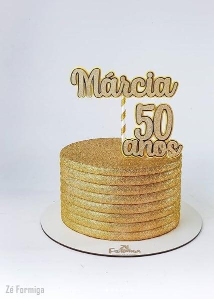 bolo dourado com glitter e topper personalizado