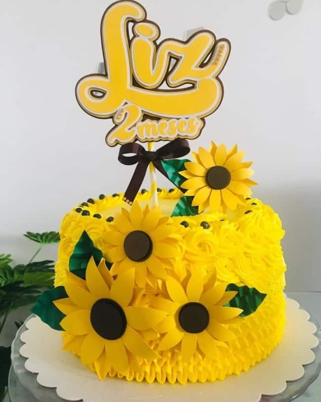 bolo de mesversario amarelo com tema de girassol