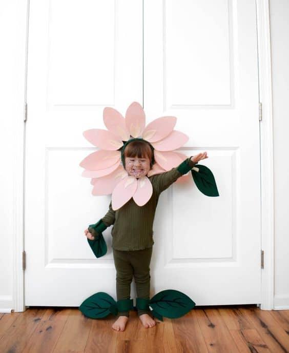 fantasia infantil com petalas de flor em volta da cabeca