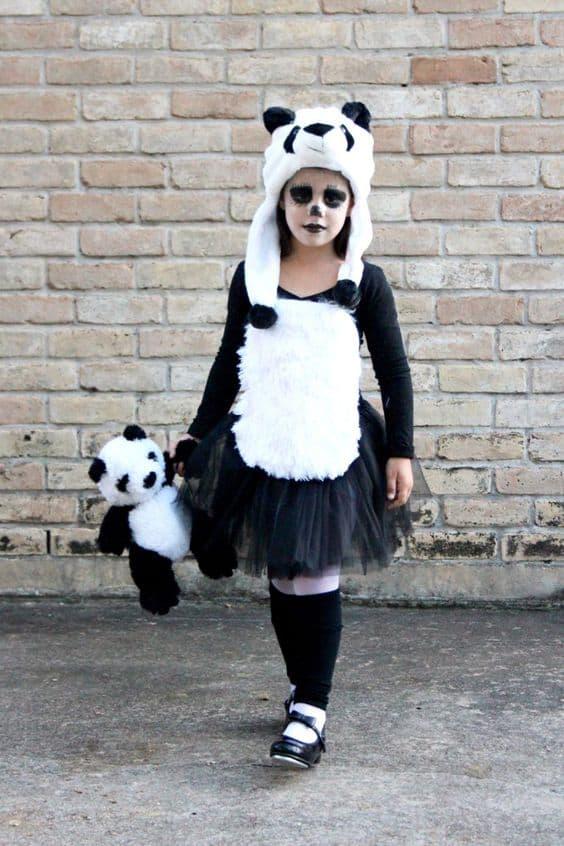 menina com fantasia de panda