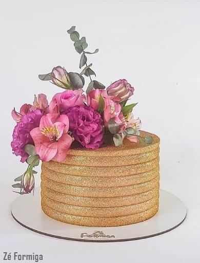 glow cake dourado decorado com flores naturais
