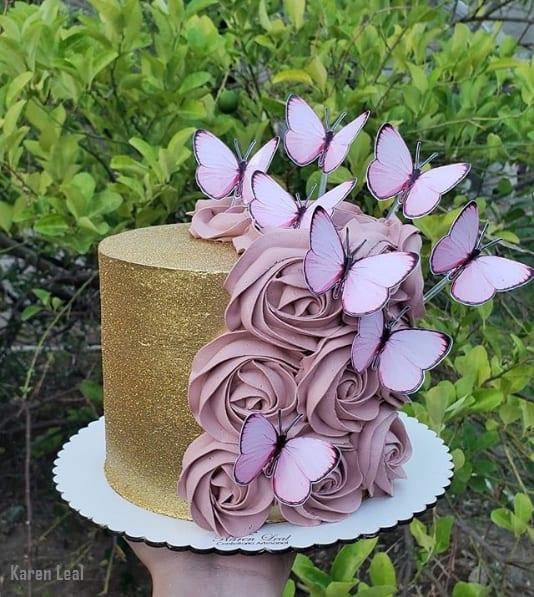bolo de glitter dourado decorado com chantilly rosa