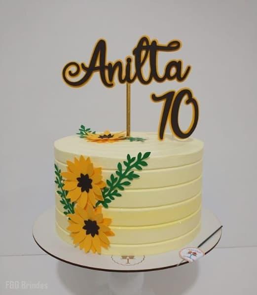 bolo de chantilly amarelo claro com decoracao de girassol