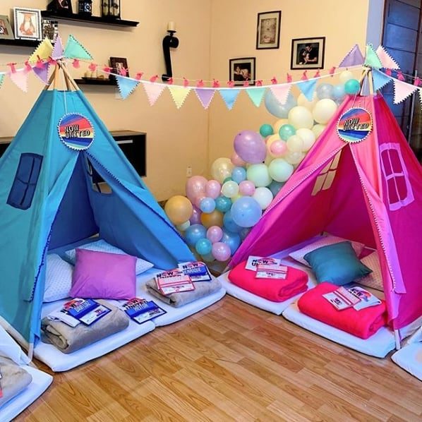 decoracao colorida para festa do pijama Now United