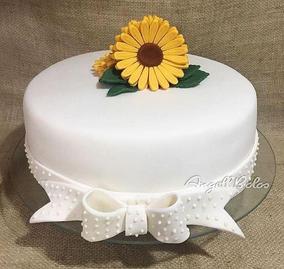 bolo de pasta americana branca decorado com girassol amarelo