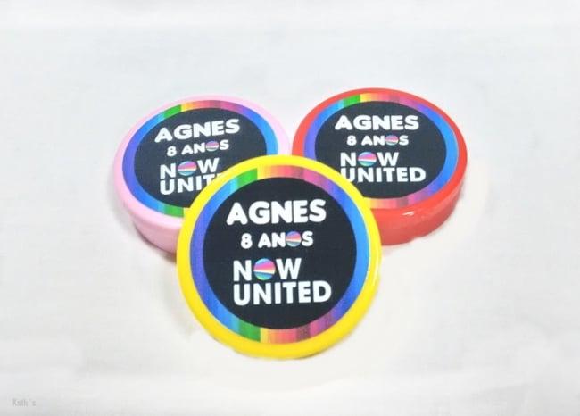 caixinha redonda decorada para festa Now United